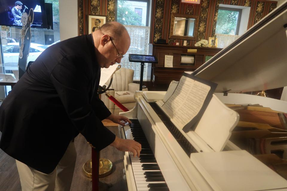 Loren Schoenberg, ancienne saxophoniste, pianiste, éducatrice, historienne, directrice fondatrice et chercheuse principale du National Jazz Museum de Harlem joue le piano de Duke Ellington.