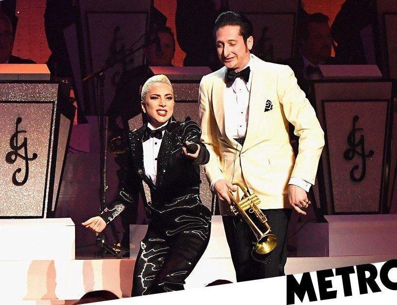 """Lady Gaga embrasse le trompettiste """"marié"""" Brian Newman sur scène à Las Vegas"""