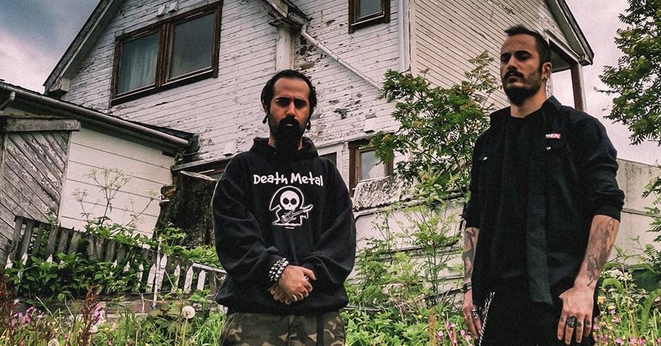 Membres de la CONFESS condamnés à plus de 14 ans de prison en Iran et à 74 coups de fouet pour avoir joué du heavy metal; Flea To Norway