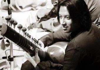 Ce sitariste fait également partie d'un groupe de jazz