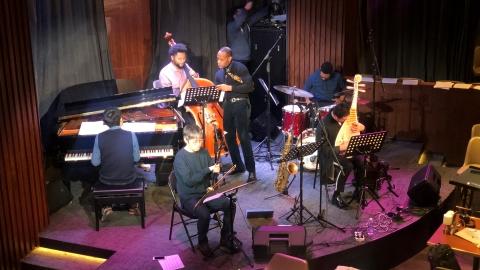 Musicien comblant le fossé par le jazz