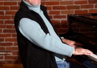 Le pianiste de jazz de Denver, Neil Bridges, a 90 ans