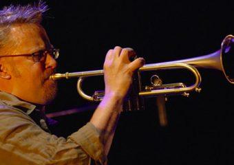 Le trompettiste Russ Johnson danse le long d'une ligne fine | Fonction de musique