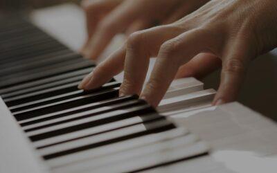 Oui, il peut être plus facile pour un adulte d'apprendre la musique que pour un enfant